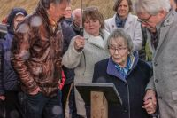 06-Burgemeester_Klijs_en_de_overlevende_dochter_van_fortwachter_Mackaij_bij_de_gedenkplaat_Heijningen_2020