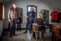 10-Reginald_van_Overveld_geeft_na_de_opening_van_de_expositie_Waterlanders_uitleg_over_de_dijkdoorbraak
